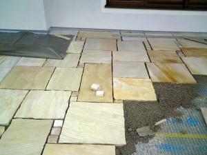 Terrassen-Verlegung mit Natursteinplatten auf Drainmatten