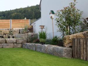 Blocksteine als Stützmauer