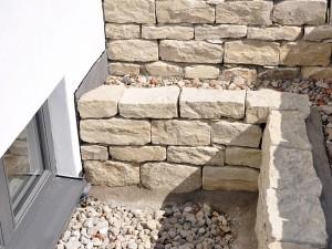 Natursteinmauer am Kellerschacht